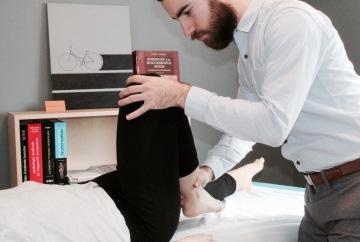 Séance de traitement en physiothérapie pour le genou d'une patiente