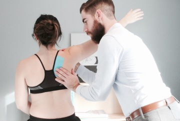 application d'un taping proprioceptif en physiothérapie